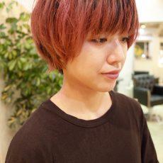 赤い髪に重めのマッシュショート